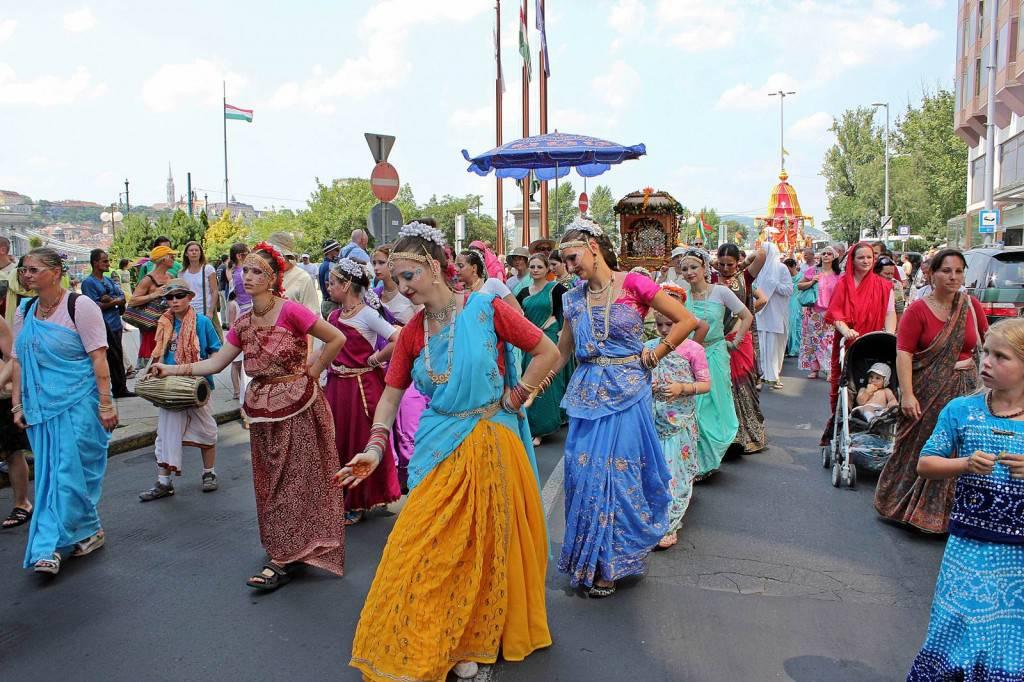 Kollektív szekérhúzással ünneplik az indiai kultúrát