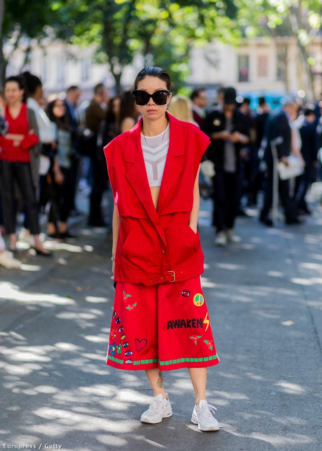 Virgine Leung egy túlméretezett piros mellénnyel viselte a felvarrós bőgatyát és a haspólót Párizsban.