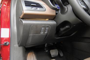 Ezeket nyilván elfelejtették betervezni - a csomagtér nyitás és a kormányfűtés gombjai a Dacia Loganből is származhatnának