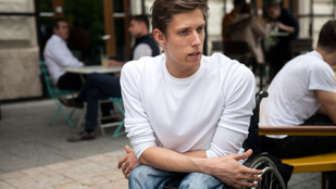 Bepanaszolja a tapló buszsofőrt a kerekesszékes színész