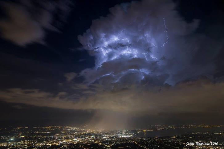 Nagyon furcsa felhők kavarognak a CERN felett