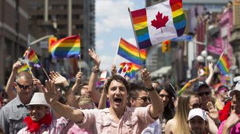 A kanadai kormányfő szivárványszínű zászlóval vonult fel a torontói Pride-on