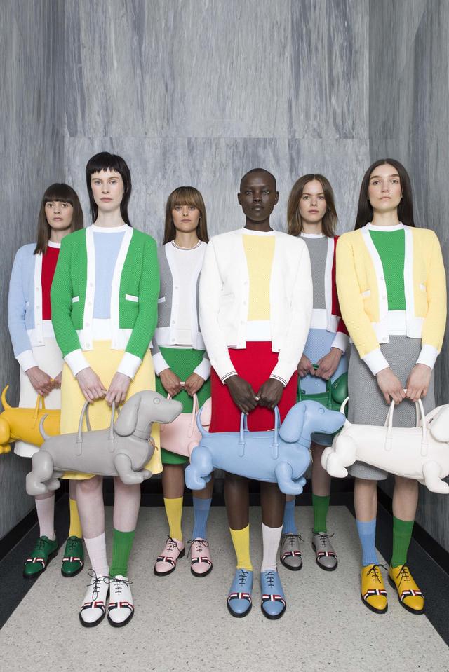 Az év legjobb férfi divattervezője, Thom Browne tacskós táskákban gondolkodott.