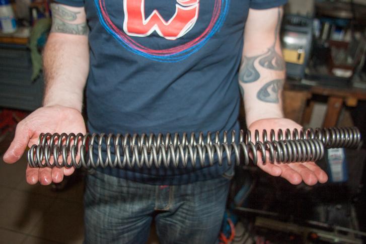 A gyári és a tuning rugó egymás mellett mintha nem is egy motorhoz tartoznának, a hosszuk sem egyforma. A cserével viszont lényegesen jobb lett a motor eleje