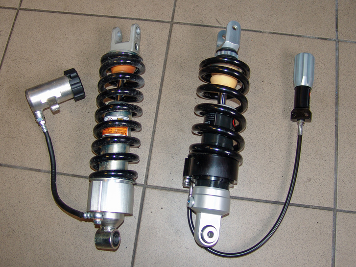 Balra a Suzuki DL650 gyári központi rugóstagja, mellette a tulajdonosra szabott darab