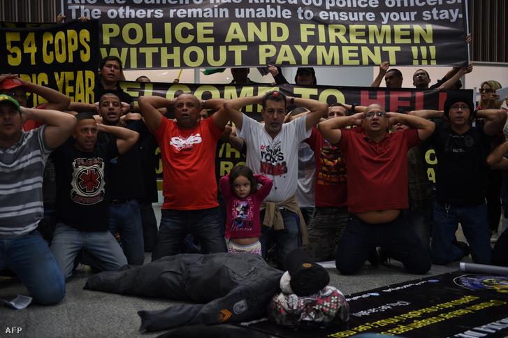 Rendőrök és tűzoltók tüntetése Rioban 2016. július 4-én.