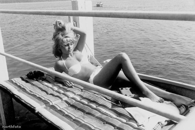 Birgitte Bardot St. Tropezben napozik.