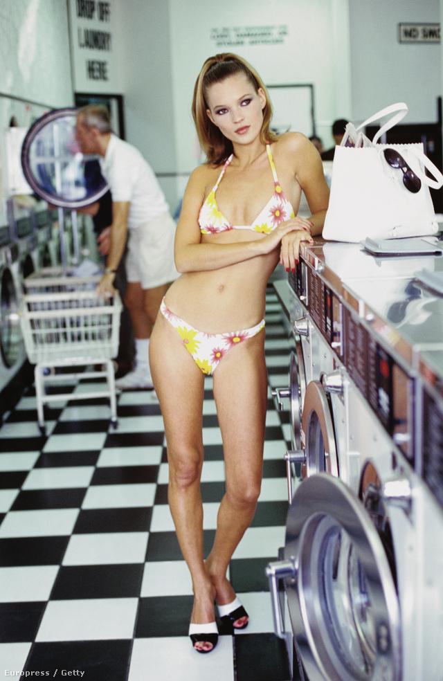 Kate Moss egy 1995-ös divatanyagban pózolt ebben a virágmintás bikiniben.