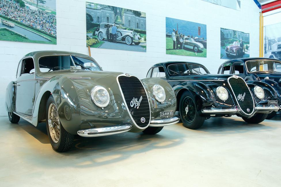 Két Alfa Romeo 6C 2500. A bal oldali egyedi darab 12 hengeres motorral, Castagna felépítménnyel, a másik Touring Superleggera karosszériát visel. Elsőre nem tűnik túl nagynak a különbség, de alaposabban megnézve, a Castagna sokkal elegánsabb, a Touring jóval sportosabb.