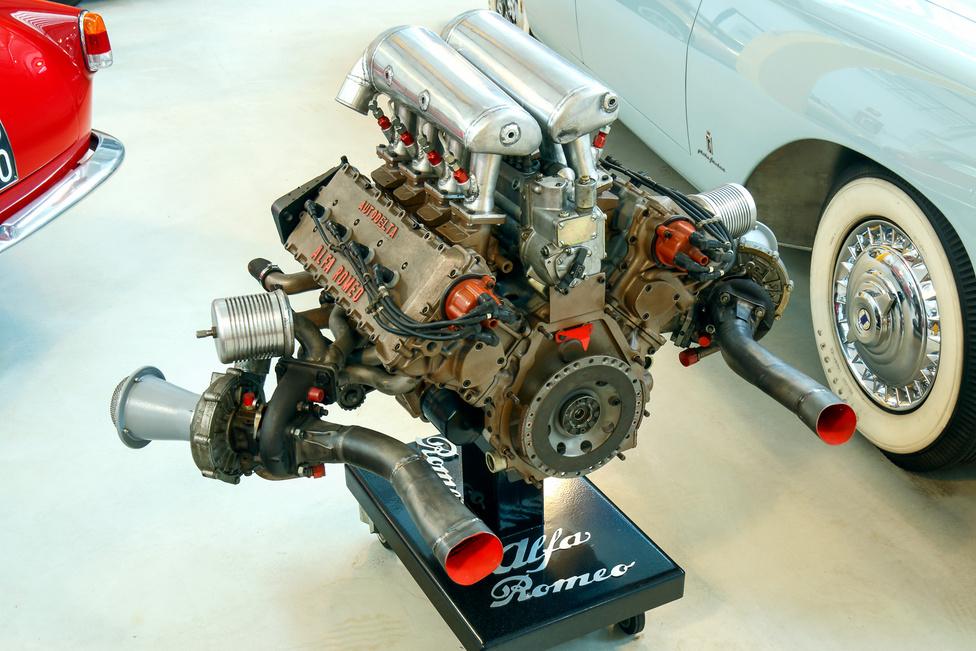 Főleg komplett autók alkotják a gyűjteményt, de néhány érdekesebb motor és alkatrész is ki van állítva. Ez itt egy V8-as Alfa Romeo-erőforrás Autodelta tuninggal, tán egy 890T.