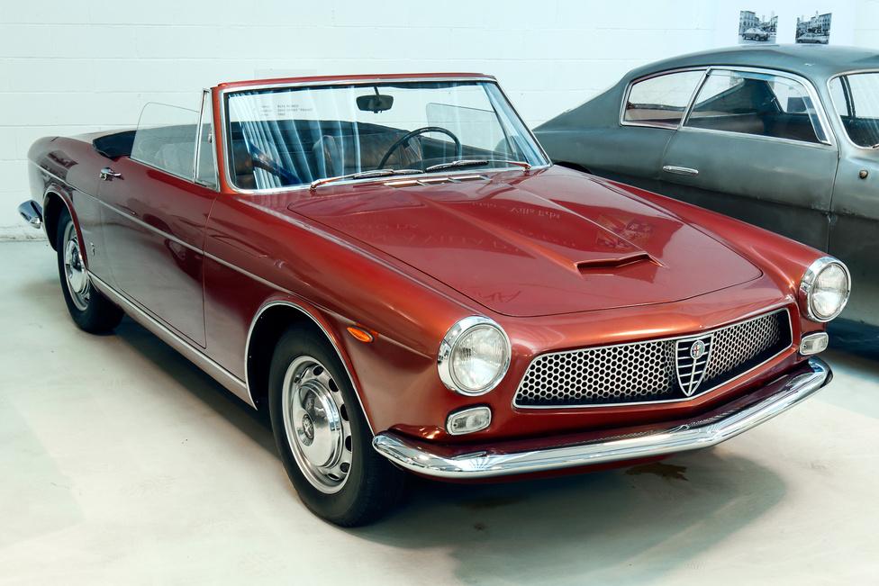1962-ben készült az Alfa 2600 prototípus a Ghia stúdióban. Érdekes, hogy a 2600 minden karosszériaváltozatát más cég gyártotta: a Berlina gyári felépítményt kapott, a 2+2-es Sprint a Bertone, a Spider a Touring munkája volt, a Zagatónál készült a 2600 SZ és az OSI is épített 54 darab szedánt.