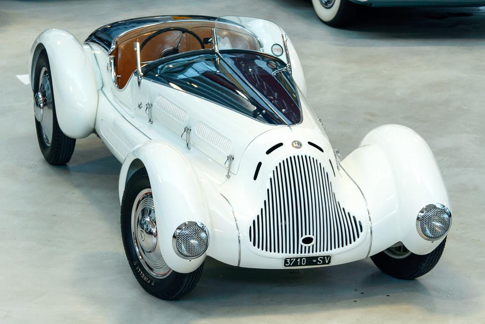 Az Aprile felülről. Elég furcsák az arányai, első pillantásra kevésbé elegáns, mint az eredeti Zagato felépítmény, de azért vannak szögek, ahonnan nagyon kiadja. A szépségversenyek zsűrijénél is: tucatnyi rangos díjat zsebelt már be a kocsi.