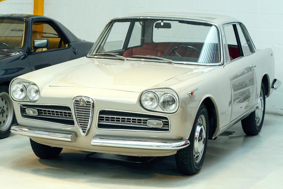 Alfa Romeo 2000 Coupé Vignale (1960). Giovanni Michelotti tervezte, vannak, akik szerint hasonlít a korabeli Datsun Skyline-ra. Szerintem a Lancia Flaminia vonalai is adhattak némi inspirációt.