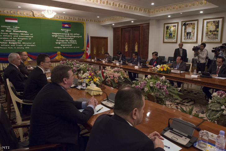 Szijjártó Péter külgazdasági és külügyminiszter (b3) megbeszélést folytat Hor Namhong kambodzsai külügyminiszterrel (szemben j2) Phnompenhben 2016. január 14-én.
