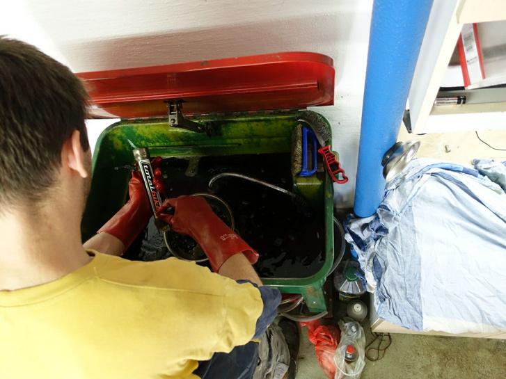 Bandi beizzítja az alkatrészmosót - futóművet nem lehet máshogy szerelni, csak tisztán