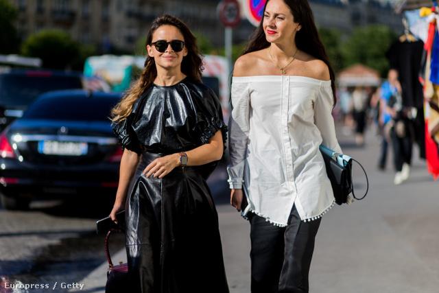 Ejtett vállú fehér blúz Párizsban.