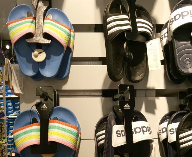 Érkezés az Adidasba: a divatos papucsok drágábbak, mint hinné, a színes 9790 forint, a fekete-fehér 4690 forint.