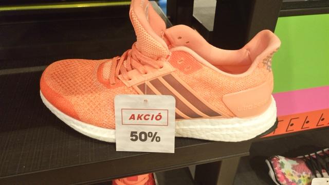 """Ez már a WestEnd Adidas boltja, ahol éppen 50%-os leárazás van. Ennek megfelelően ez a """"Boost"""" futócipő 54.990 helyett 27.495 forint."""