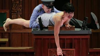 Ki hinne egy megerőszakolt nőnek egy politikussal szemben?