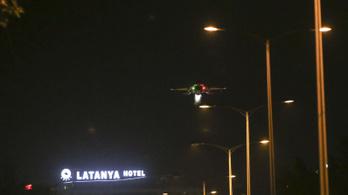 Vadászgépek a fej felett, tankok az utcákon - képek és videók a puccsról