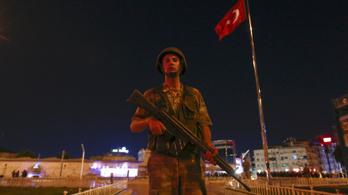 Életfogytiglani börtönt kaphat 45 török puccsista