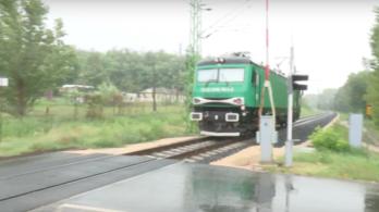 Felnyitott sorompónál hajtott át a vonat Zamárdinál