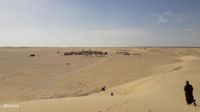 A sivatag szélén, de a lakott területektől távol  található a világ Star Wars rajongóinak csak Mos Espaként ismert otthagyott filmdíszlet.