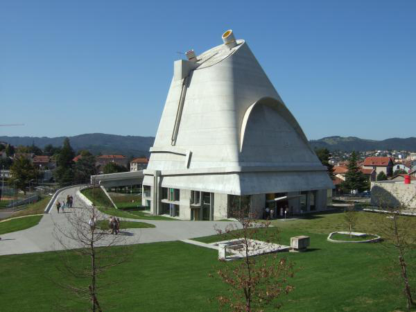 """Firminy-Vert-i """"Testi és lelki rekreációs központ"""" 1964-1969 között épült és az egyik legsikeresebb, háború utáni európai projektként emlegetik. A komplexumban található a Saint-Pierre templom, egy stadion, egy kultúrális központ valamint egy üdülő is."""