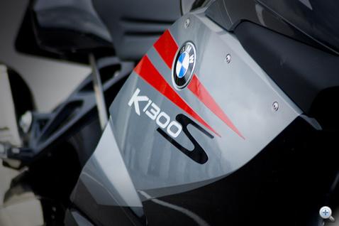 A GT-ről és az R-ről is jobban ordít, hogy új BMW. Ez a felirat tizenöt éves is lehetne