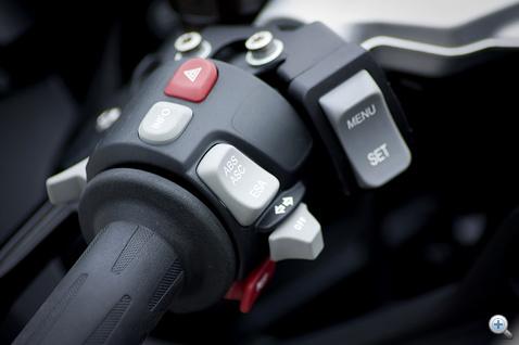 Kevesebb extra jut a felhasználónak, de azért épp elég. ABS, ASC, ESC, markolatfűtés és az LCD manipulátorai