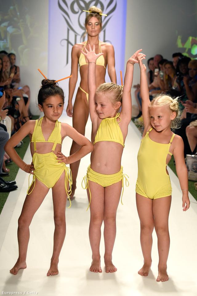 Így pózoltak a kislányok a fürdőruha bemutatón.