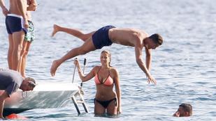 Ronaldo bikinis csajokkal lazul Ibizán