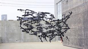 Beszélgetésre ösztönöz a fegyveres műalkotás