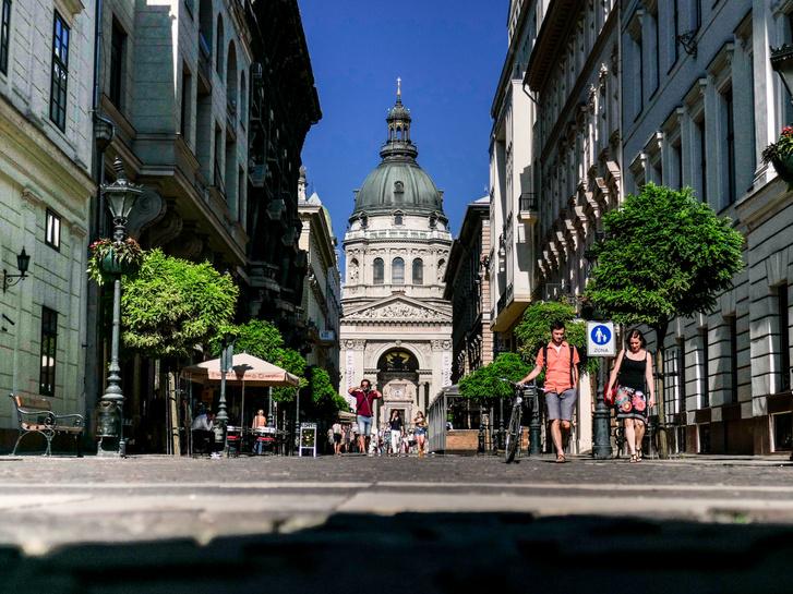 """Szent István Bazilika - """"Van szebb és nagyobb templom is Magyarországon. A belső sem a legszebb, de monumentális, mit bármilyen másik bazilikáé. Az előtte lévő tér és a Szent Jobb miatt mégis érdemes felkeresni."""" (Google értékelés)"""