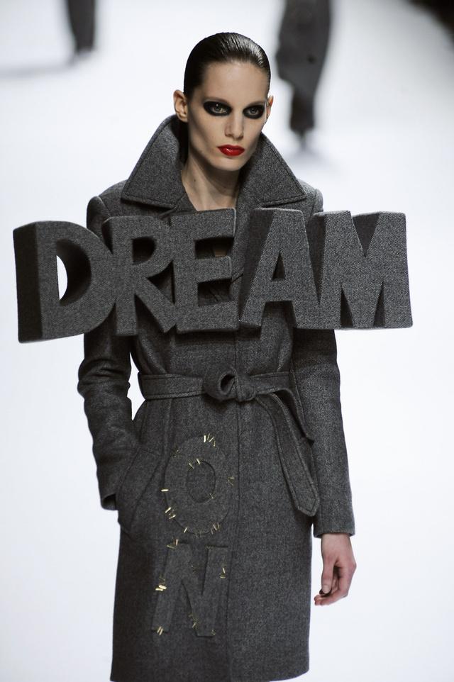 A Viktor & Rolf 3D hatású feliratos kabátját a 2008-as párizsi divathéten mutatta be.