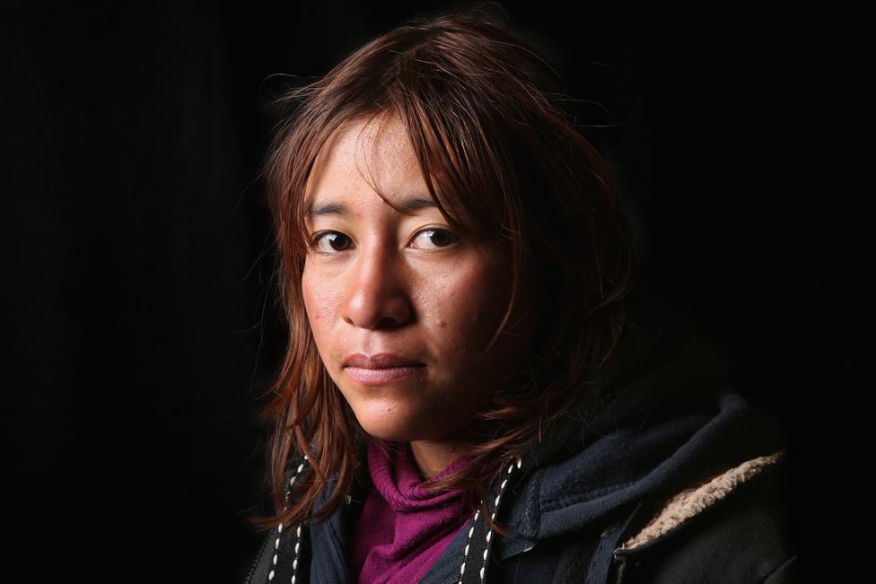 A mexikói Flor Gonzales azután került a Bosco Szent János menedékbe, Nogalesben, hogy az USA határőrei Arizonában letartóztatták, amikor először hatolt be az országba. A terve az, hogy takarítóként dolgozzon az Egyesült Államokban. A legtöbb bevándorló képzetlen, ezért egyszerűbb munkák elvállalását tervezi.  A Pew Research tavaly januári felmérése szerint a már az országban élő migránsok 79 százaléka szakképesítést nem igénylő, fizikai munkát végez. Ez pont a republikánusok egyik törzsbázisát, az iskolázatlan fehér konzervatívokat zavarja: ők arra hivatkoznak, hogy elveszik a munkát az amerikaiak elől. Donald Trumpnak is ez az egyik leggyakrabban elhangzó rigmusa.