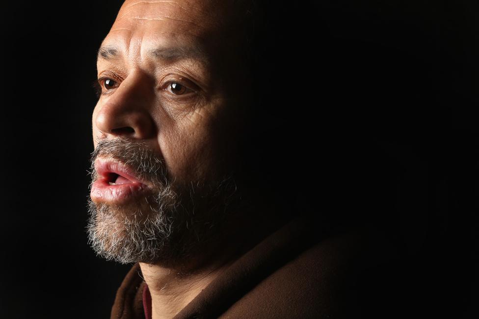 Az 52 éves José Cardenas is vissza akar térni az Egyesült Államokba, hol 35 évig élt. Őt azután deportálták az amerikai hatóságok, hogy ittasan vezetett, amiért 3 év börtönre ítélték. A felesége és a gyerekei hazavárják az egykori San Franciscó-i kertészt. A legnagyobb arányban a kétkezi munkások között tudnak elhelyezkedni az illegális bevándorlók. Az Egyesült Államokban már közmondásosan egyenlőségjel került a mexikói és a kertész szavak közé.