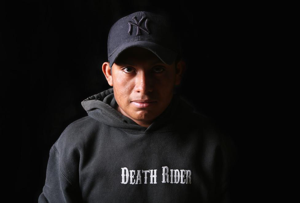 Elsőre keveseknek sikerül bejutni az USA-ba: a 18 éves mexikói Pedro Martinezt először az arizonai határőrök fogták meg, majd kiutasították. De a Bosco Szent János táborban már az új kísérletet tervezgette. A legjobban azok járnak, akik akár 500-1100 dollárt (125-300 ezer forintot) is készek fizetni a csempészeknek, akik a határ alá ásott kerítéseken szállítják át őket az Egyesült Államokba.
