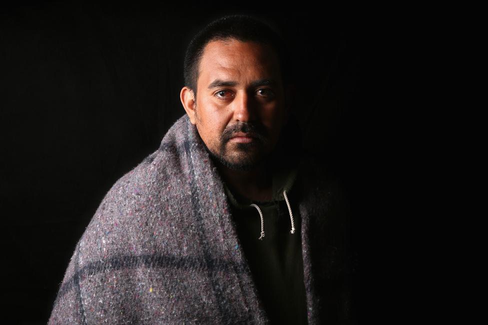 Lehetetlen megmondani, hogy pontosan hány illegális bevándorló él az Egyesült Államokban. A bevándorlási hivatal 10,1 millió főre becsüli a számukat, de a Pew Research 11,2-11,5 millió főre taksálja az engedély nélkül az USA-ban élők számát. Így élt 14 évet az országban a mexikói Jaime Morales: előbb Phoenixben, majd San Joséban dolgozott építkezésékén. Egy sikertelen visszatérési próbálkozás után egykori mexikói szülővárosában akar letelepedni és új életet kezdeni.