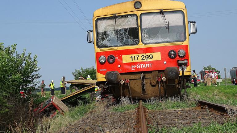 Vonat elé hajtott a traktor Fábiánsebestyénnél, egy ember meghalt