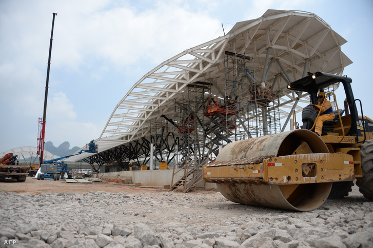 Munkagép a riói olimpia helyszínén.