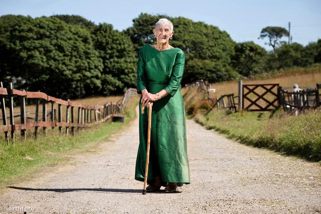 15 éves korától az volt az álma, hogy ruhákat készítsen, ezért otthagyta az iskolát. 86 évesen ment nyugdíjba.