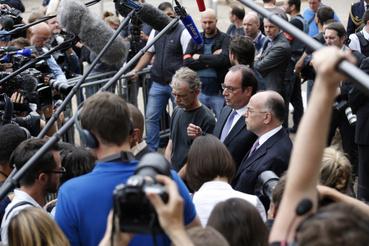 François Hollande köztársasági elnök a helyszínre érkezett. Az elnök megerősítette azt a sajtóértesülést, miszerint az Iszlám Államhoz tartozott a két elkövető.