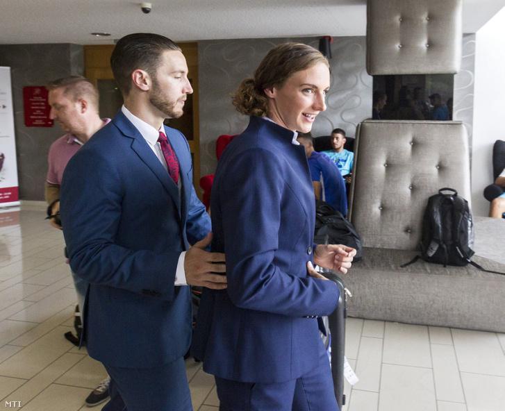 Hosszú Katinka úszó távozik sajtótájékoztatójáról férje és edzője, Shane Tusup társaságában