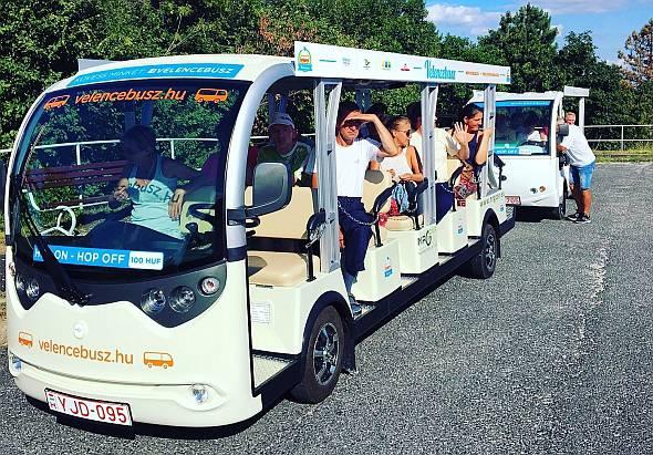 Élménybuszok járnak a Velencei-tó körül