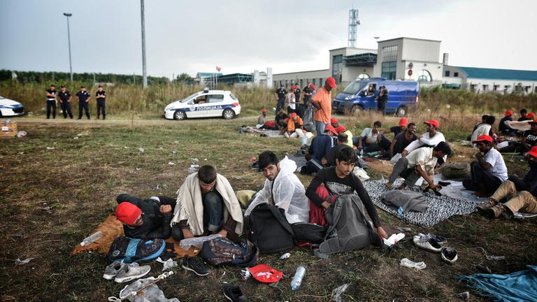 Terroristákon dühöngenek Röszkénél a menekültek