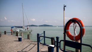 A badacsonyi kikötőben párhuzamos valóságok találkoznak