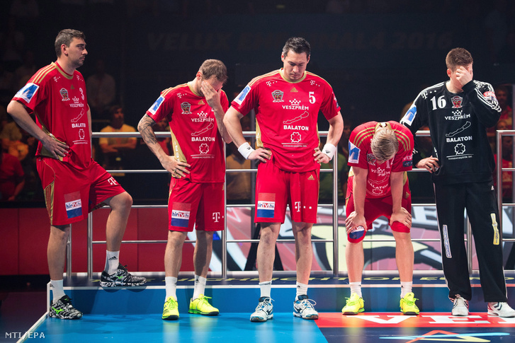 Gulyás Péter, Iváncsik Gergõ, Schuch Timuzsin, Aron Palmarsson és Mikler Roland az MVM Veszprém játékosai miután hétméteresekkel 38-39-re kikaptak a lengyel Kielcétõl