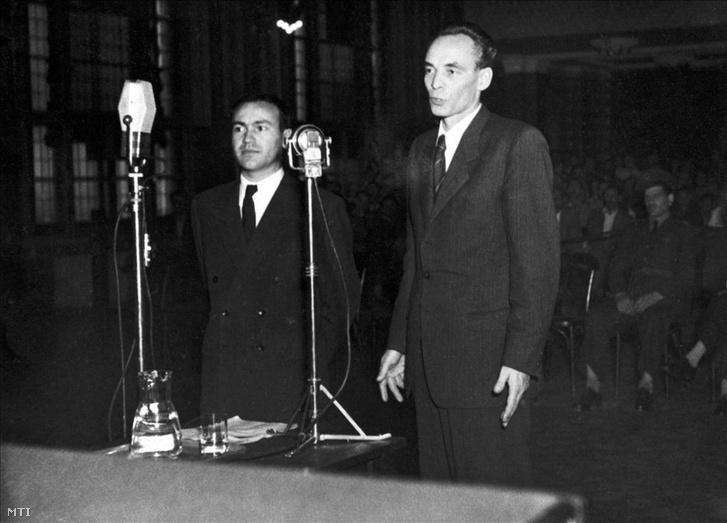 Rajk László és Brankov Lázár szembesítése a Népbíróságon, 1949 szeptemberében. A háttérben látszik a Vasas-székház díszterme