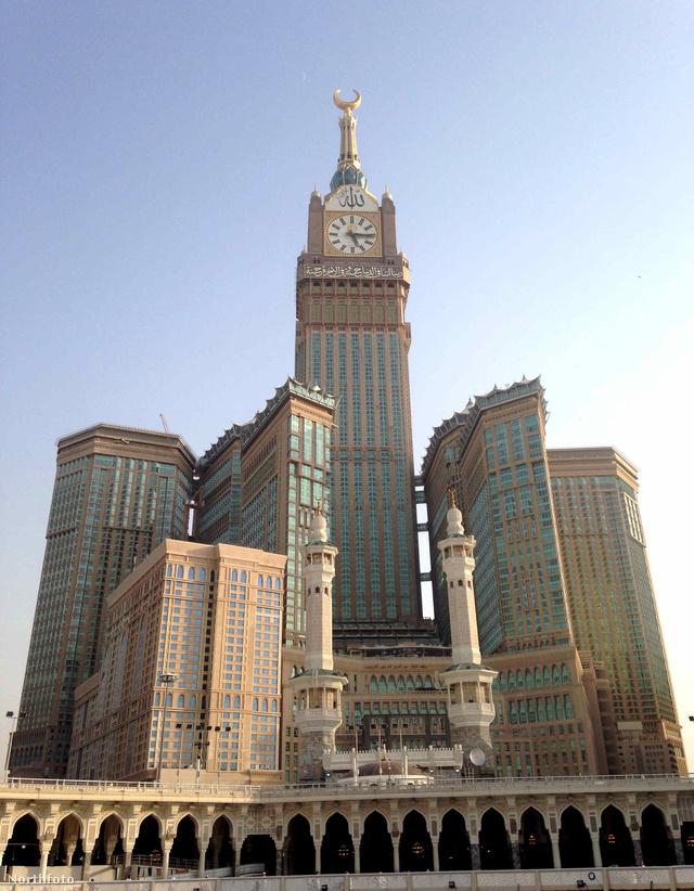 """Nem könnyű elhinni,de az Abraj Al-Bait Towerst, más néven Mekka Royal Clock Tower Hotelt 2012-ben építették meg a Szaúd-Arábiában található Mekkában. A 601 méteres központi tornyot a világ egyik legmagasabbjaként tartják számon, de a """"posztmodern"""" komplexumot is rekord áron, 15 milliárd dollárból építették meg. Az épületegyüttes pár méterre található a világ legnagyobb mecsetétől, a fent említett Al-Haramtól."""